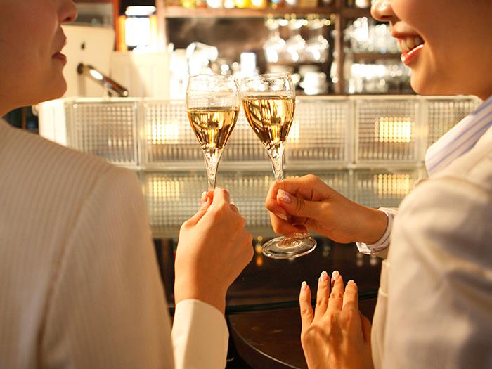 ワインで乾杯をする女性客