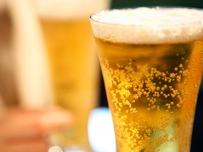 グラスに注がれたよく冷えたビール